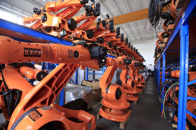 Robots are seen in a factory in Shanghai in this August 21, 2015 file photo. Activity in China's factory sector unexpectedly shrank to a 6-1/2 year low in September, a private survey showed, raising fears of a sharper slowdown in the world's second-largest economy that could spell more turmoil for financial markets. REUTERS/Aly Song/Files