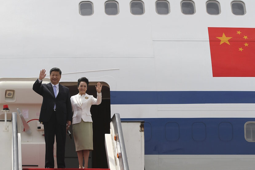 Chinese President Xi Jinping and his wife Peng Liyuan wave as they arrive in Harare, Zimbabwe December 1, 2015. REUTERS/Philimon Bulawayo