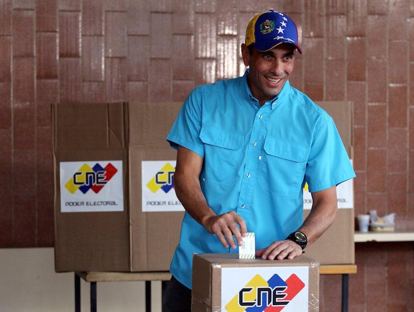 Venezuelan opposition leader Henrique Capriles casts his vote at a polling station during a legislative election, in Caracas December 6, 2015. REUTERS/Nacho Doce.