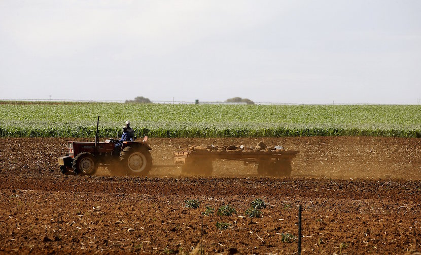 Farmers work the land outside Lichtenburg, a maize-growing area in the northwest province of South Africa, in this file picture taken November 26, 2015. REUTERS/Siphiwe Sibeko/Files