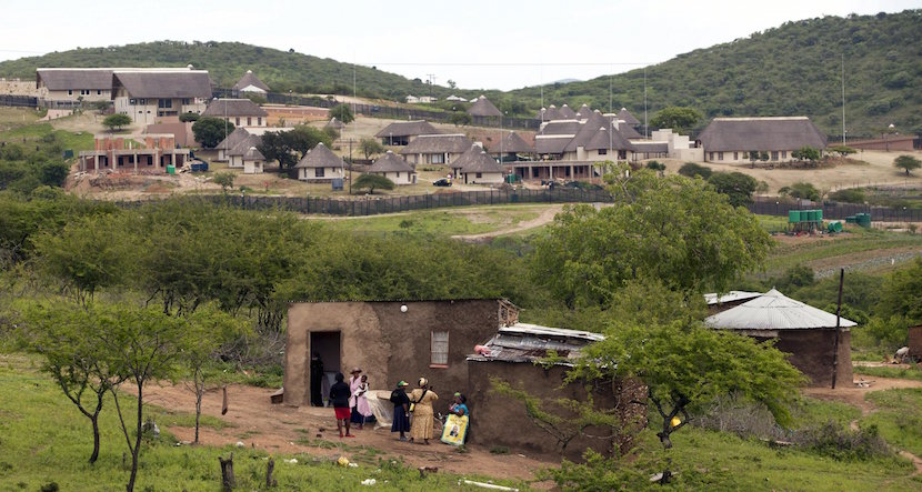 Supporters of South Africa's President Jacob Zuma prepare to prevent opposition Democratic Alliance (DA) party members from walking towards Zuma's house in Nkandla in this November 4, 2012 file photo. REUTERS/Rogan Ward