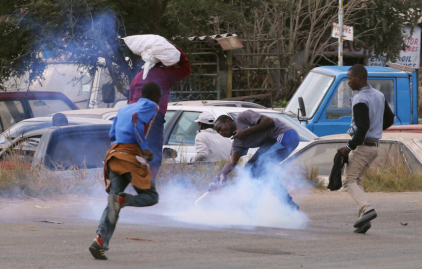 Residents of Epworth suburb flee as riot police fire teargas after a protest by taxi drivers turned violent in Harare, Zimbabwe, July 4,2016. REUTERS/Philimon Bulawayo