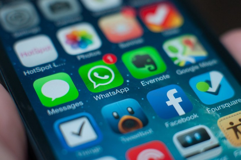 WhatsApp, Facebook, smartphone
